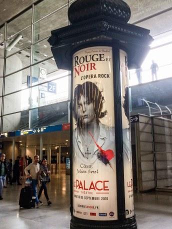 Litfaßssäule im Flughafen Paris Charles de Gaulle. Foto: Flora Jädicke