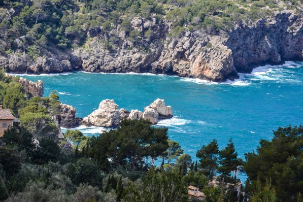 Türkis-blaues Meer, in das die Felswände steil abfallen. Foto: Flora Jädicke