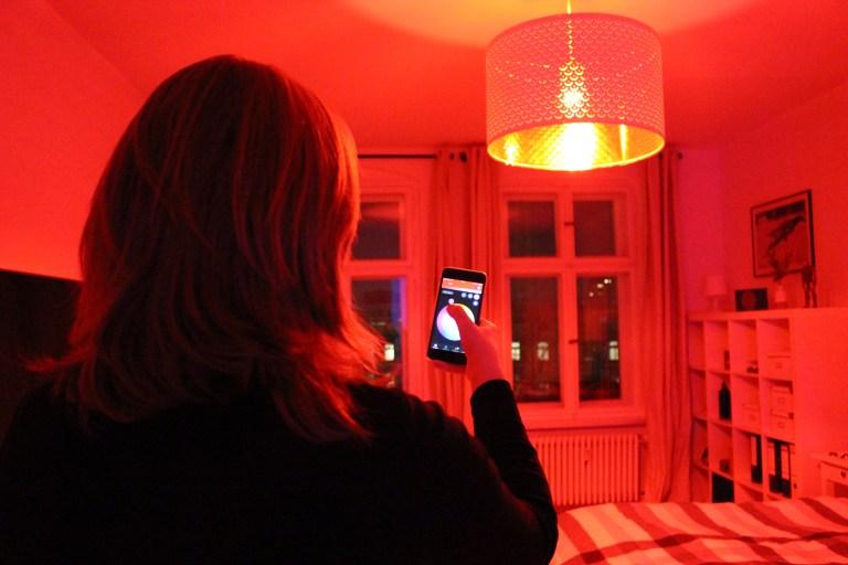 Maren bedient mit der Philips Hue App das Licht