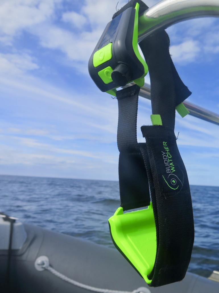 Une paire de Buddy Watcher suspendue sur un bateau