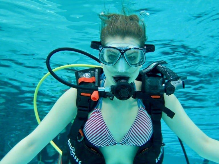 Une femme fait de la plongée en piscine