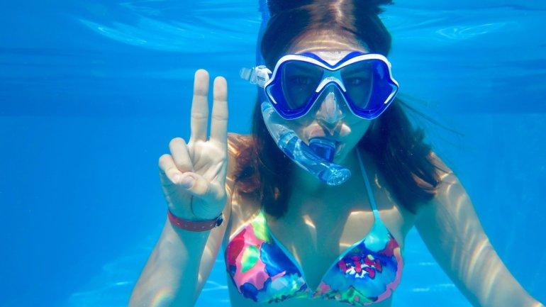 Une jeune fille montre un deux avec ses doigts pour expliquer le briefing de plongée