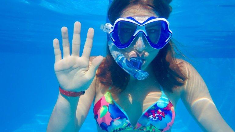 Une jeune fille montre un cinq avec ses doigts