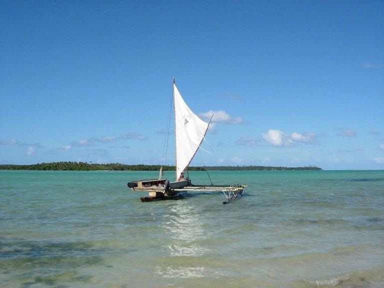 Un bateau dans un lagon en nouvelle-calédonie