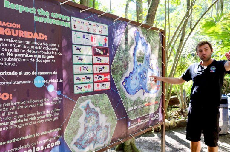 Un instructeur montre le plan d'une Cenote