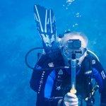 Un plongeur photographie avec sa caméra sous-marine