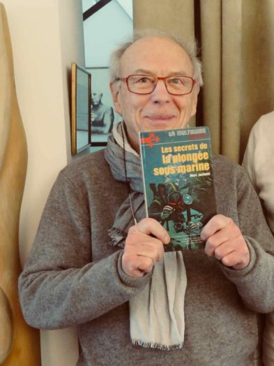 Marc Jasinski montrant son livre de plongée