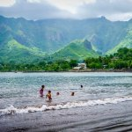 Des enfants se baignent sur une plage des Marquises