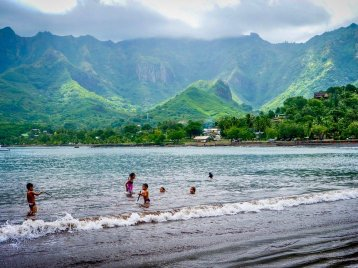 Des enfants se baignent sur une plage des Marquises, une des destinations de plongée rêvée des plongeurs du monde entier