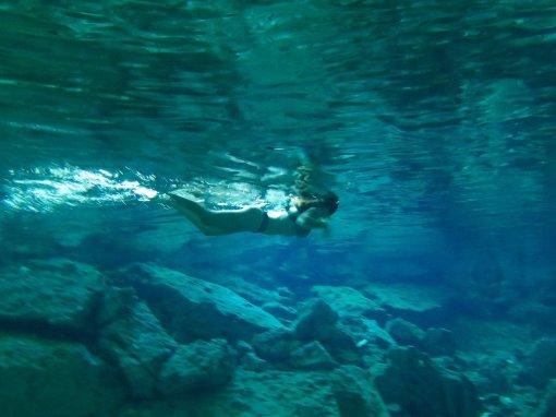 Une baigneuse dans le cénote de Dos Ojos