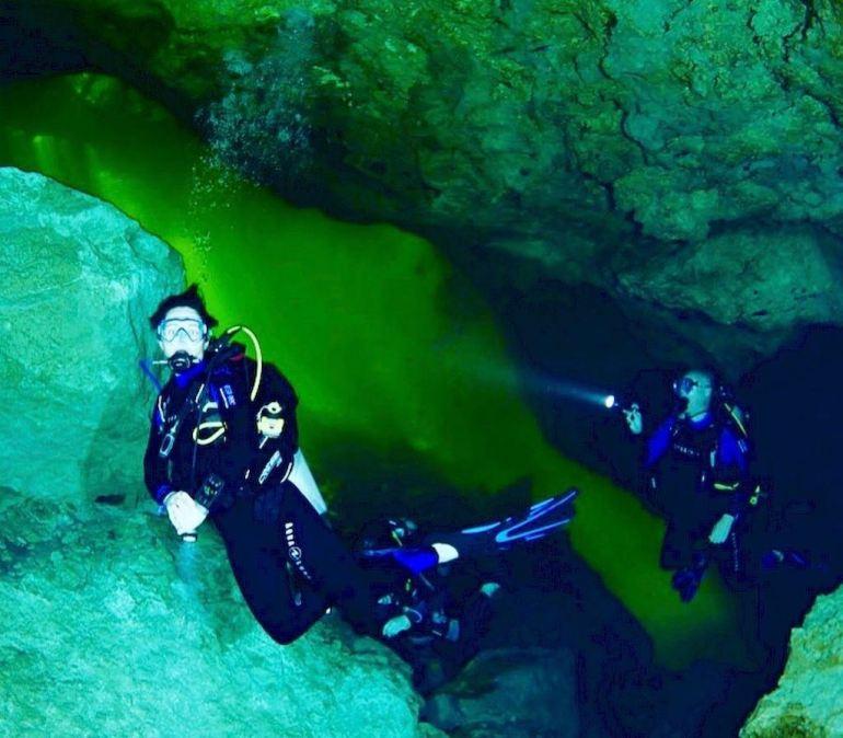 Des plongeurs finissent leur plongée dans le cenote de Chak Mool