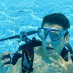 Un plongeur enlève son détendeur sous l'eau