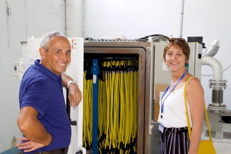 Hélène et Manuel Cabrere devant la machine servant à sécher les détendeurs