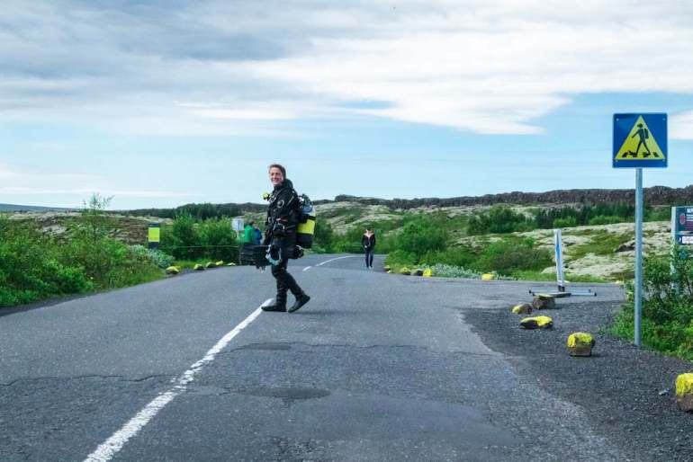 Hélène se dirige vers la faille de Silfra pour plonger en Islande