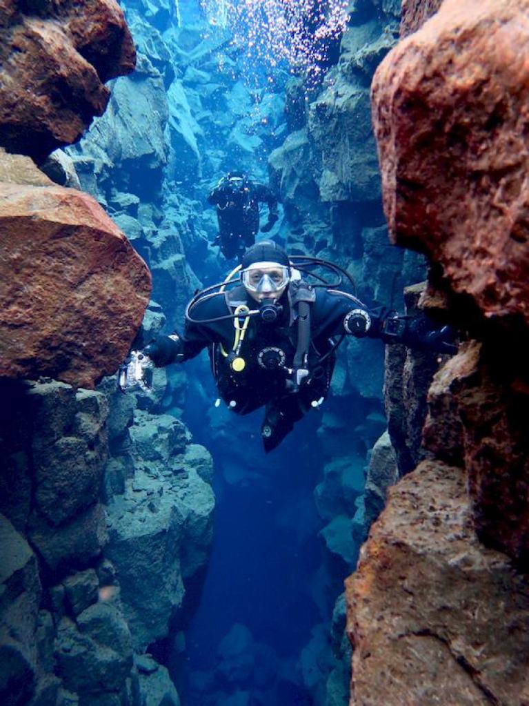 Une plongeuse prend la pause entre les plaques tectoniques de la faille de Silfra