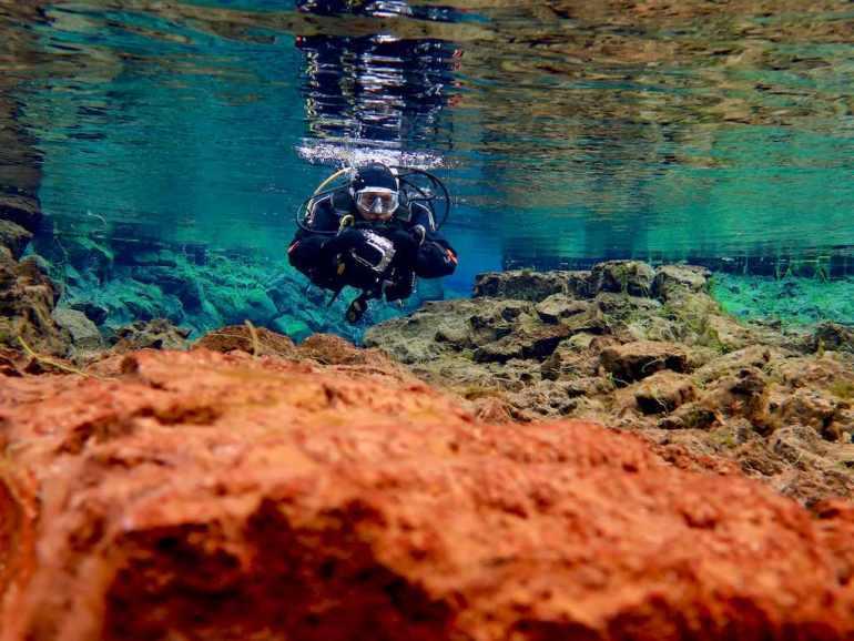 Plongeuse évoluant dans la faille de Silfra