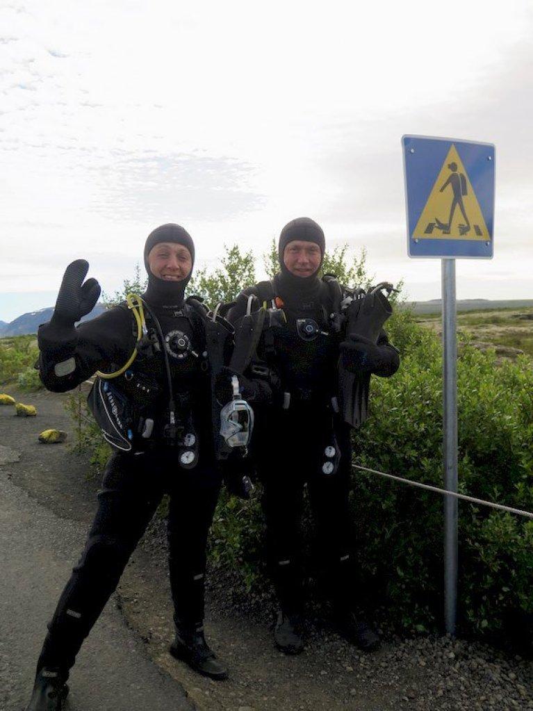 Didier et Hélène font le signe OK juste avant de plonger en Islande à Silfra