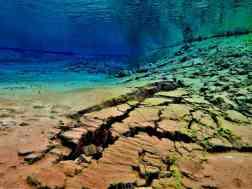 Photo sous-marine représentant les fêlures dans le sol