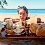 Une femme regarde un plateau repas avec gourmandise