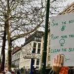 Une main portant une affiche en faveur des action pour le climat