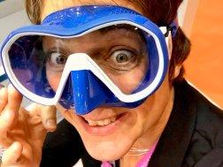 Hélène essayant un masque de plongée bleu et blanc