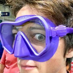 Hélène essayant un masque de plongée mauve