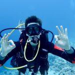 Un plongeur fait le signe ok avec ses deux mains pour signifier qu'il a bien réalisé le check du matériel de plongée