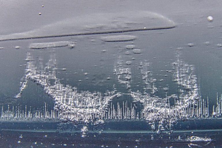 Chapelet de bulles emprisonnées dans la glace
