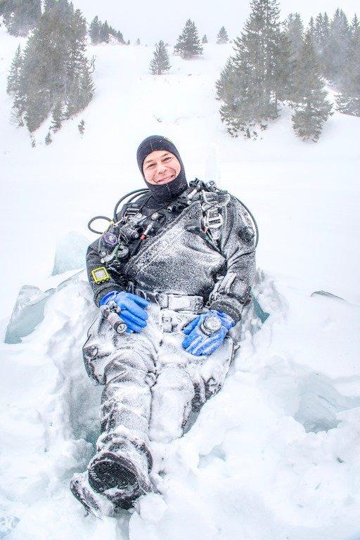 Un plongeur recouvert de neige.