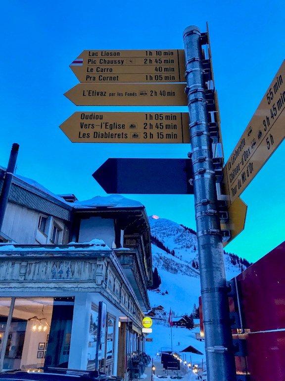 Panneaux d'indications au col des Mosses en Suisse.