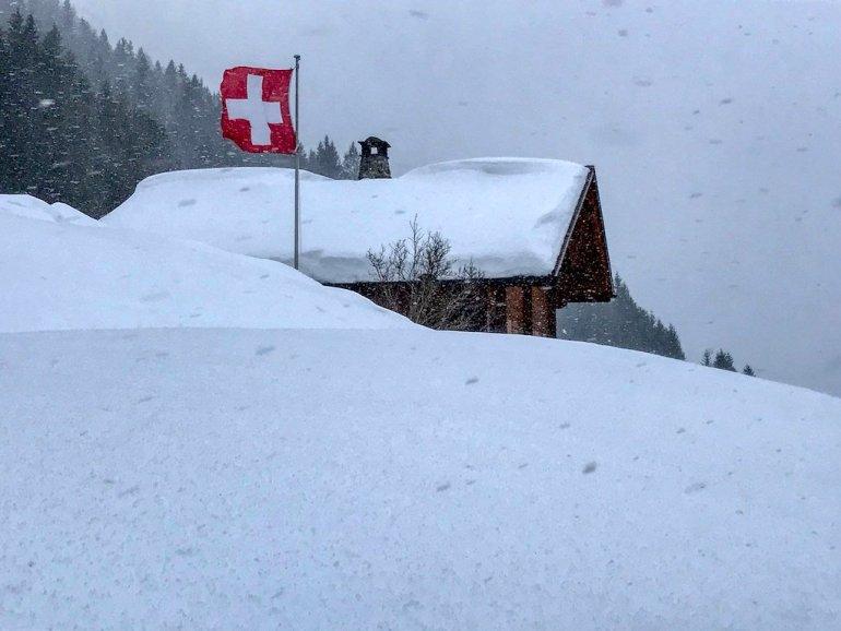 Un chalet pris dans la neige en Suisse