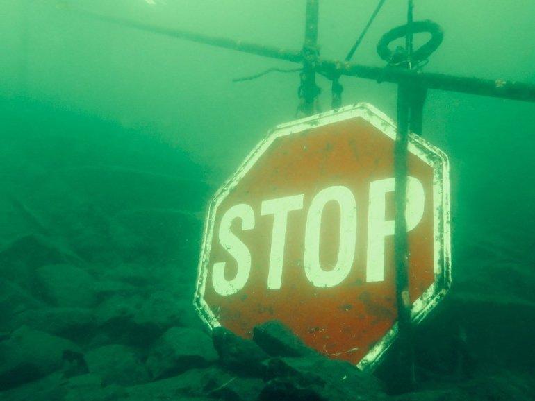 Un panneau STOP proche de la mise à l'eau