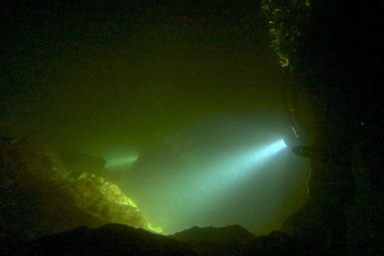 Les plongeurs évoluent dans le fond de la carrière