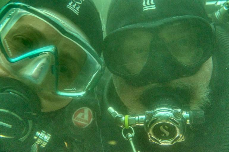 Hélène et Luc font un selfie avant de sortir de la plongée