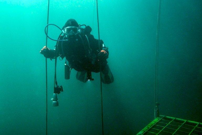 Hélène de Different Dive fait son palier à la fin de la plongée.