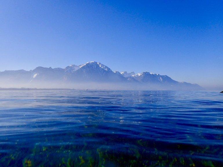 Des brumes sur le lac de Genève cachent en partie les montagnes