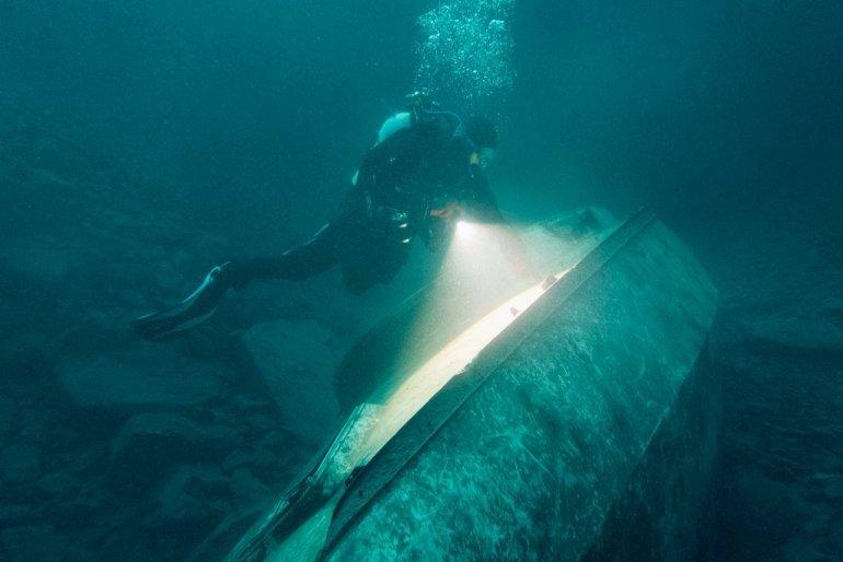 Hélène près du voilier au 35 m à la carrière de Vodelée