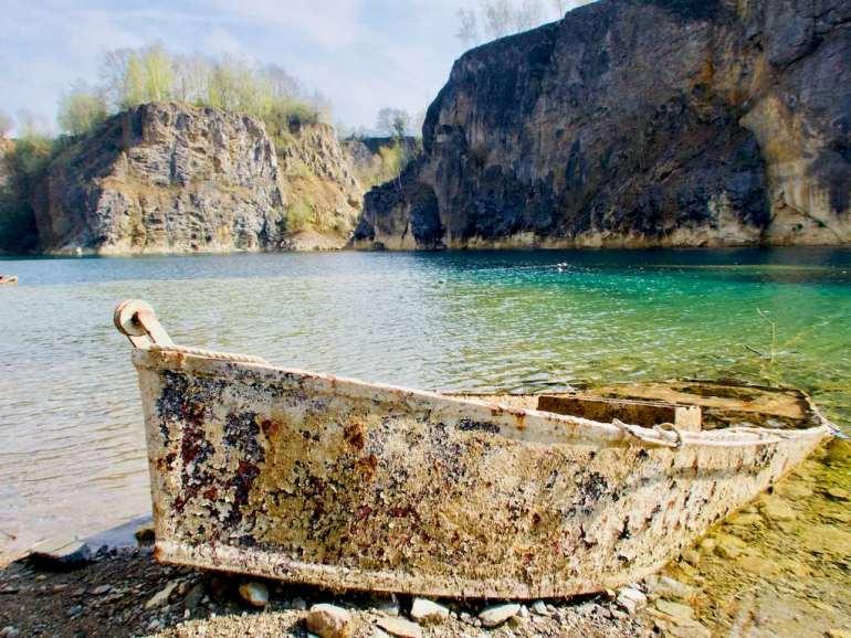 Une barque au bord du plan d'eau
