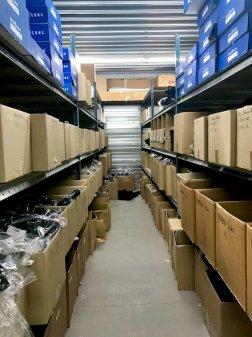 Des étagères pleines de matériel de plongée