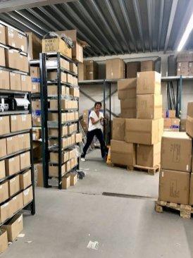 Hélène pousse un clarck dans les entrepôts du distributeur de matériel de plongée Amilco