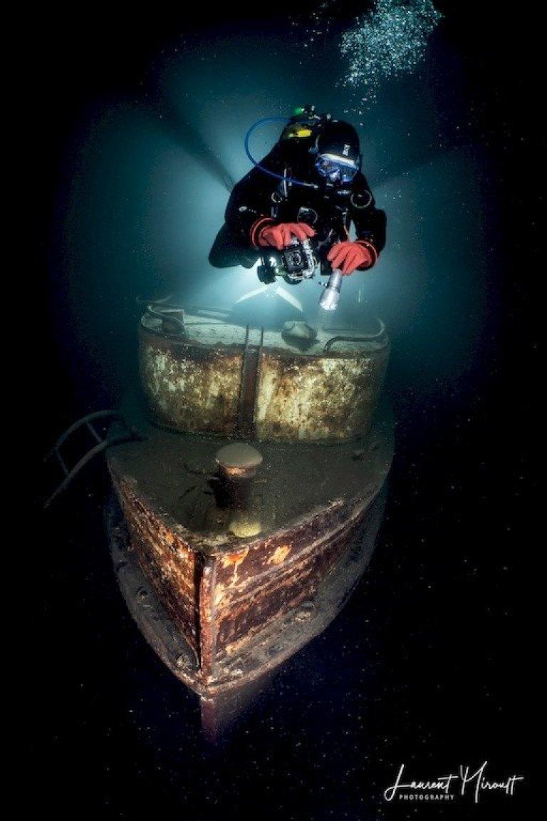 Hélène au dessus du remorqueur en plongée dans la carrière de Rochefontaine