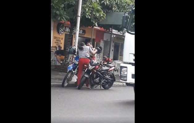 [Video] Presunto maltrato de una mujer a un hombre en plena avenida 36 de Barrancabermeja