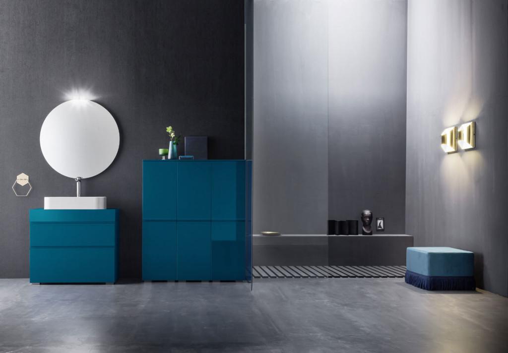 Bagno Blu Vittoriale Vasca e doccia combinate Stanza da bagno blu moderna fotografia stock