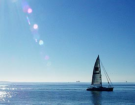 Table Bay yacht by Damien du Toit used under the Creative Commons license