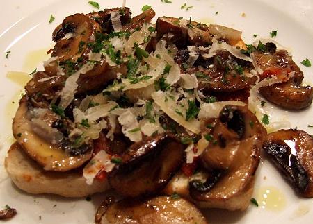 Toast mit würzigem Tomatenaufstrich und Pilzragout