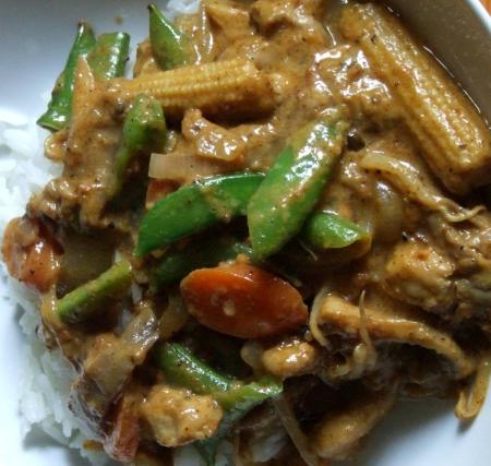 Schweinefleisch mit Wokgemüse und Kokos-Erdnuss-Soße