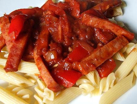 Fleischkäseragout in pikanter Paprika-Soße