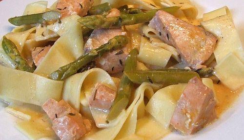 Tagliatelle mit Spargel-Lachs-Ragout in Weißweinsoße