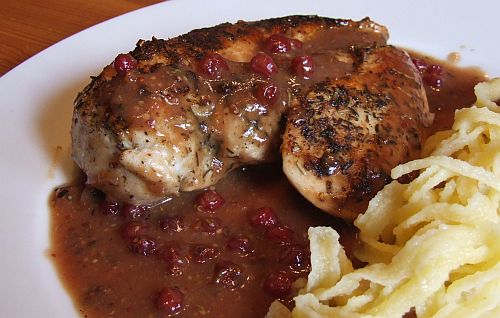 Hühnerbrust mit Preislbeer-Senf-Soße - Chicken with Cranberry Mustard Sauce