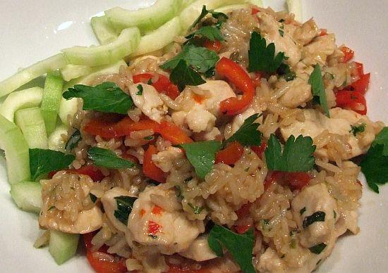 Gebratener Reis mit Huhn und Thai-Basilikum (Khao Pad Kra Prao Gai)